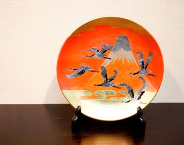 【和食器通販 金照堂】琥山窯 小野達郎作   赤富士飛鶴紋 燦彩祥映皿